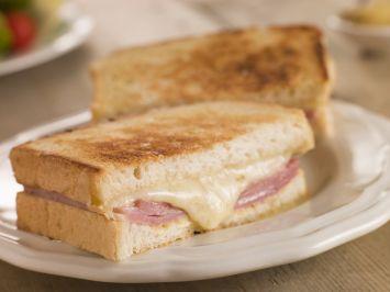 Jambonlu Peynirli Sandviç Tarifi